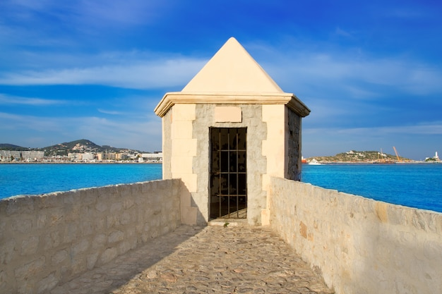 Ibiza wachturm mit eivissa hafenblick