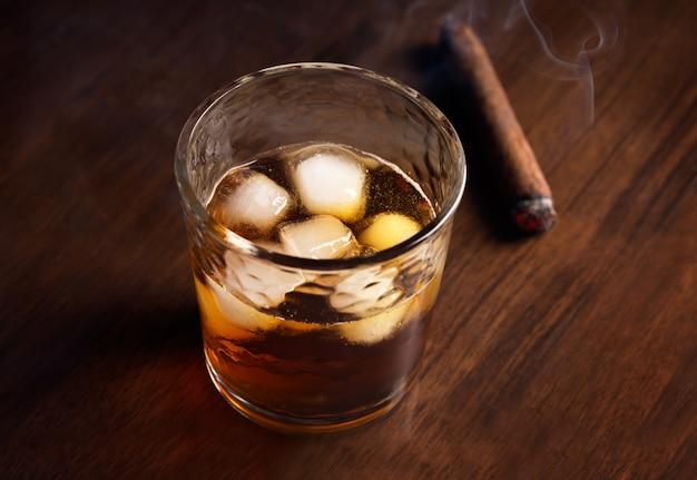 Ice whiskey und zigarre