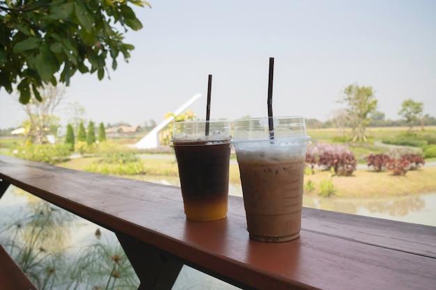 Iced americano kaffee mit frischem orangensaftgetränk, stock-foto