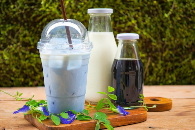 Iced blue erbsenmilch oder iced butterfly pea latte mit milch