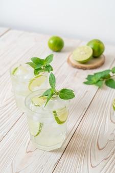 Iced lime soda mit minze - erfrischendes getränk