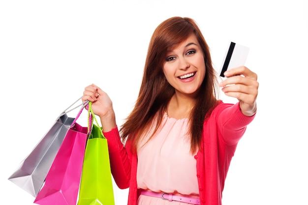 Ich bezahle meine einkäufe mit kreditkarte
