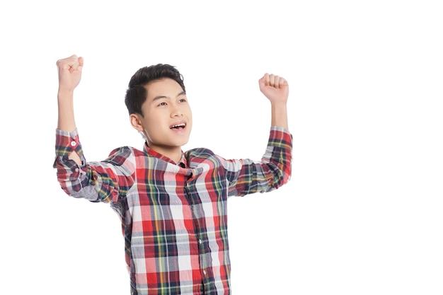 Ich bin fröhlich! lächelnder chinesischer teenager, der die arme erhoben hält, während er isoliert auf weiß steht