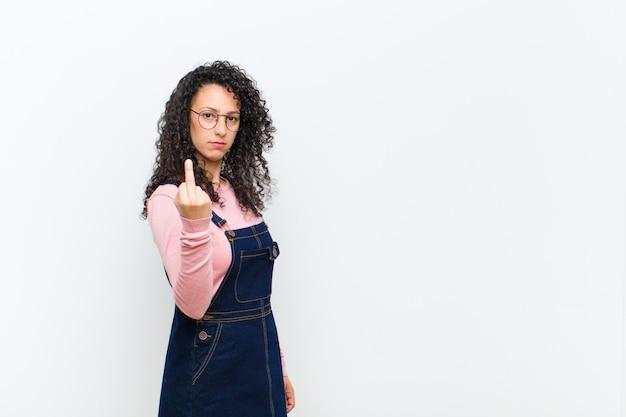 Ich bin wütend, verärgert, rebellisch und aggressiv und drehe den mittelfinger um