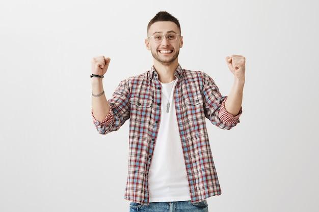 Ich freue mich über einen glücklichen jungen mann, der posiert