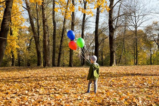 Ich junge mit luftballons