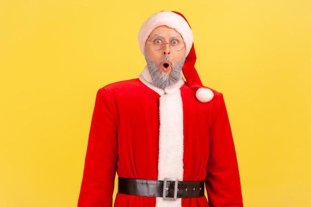 Ich kann das nicht glauben. weihnachtsmann, der mit großen augen in die kamera schaut, schockierende neuigkeiten.