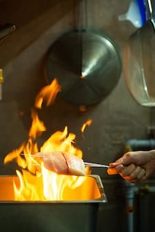 Ich koche mit feuer im restaurant so wie man fisch räuchert