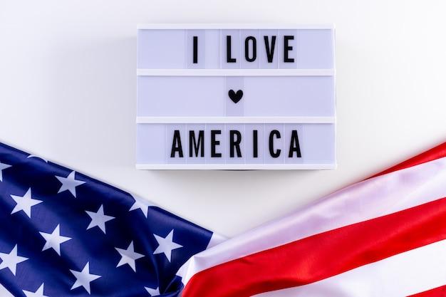 Ich liebe amerika geschrieben in lichtbox mit usa-flagge. unabhängigkeitstag, veteranentag. gedenktag