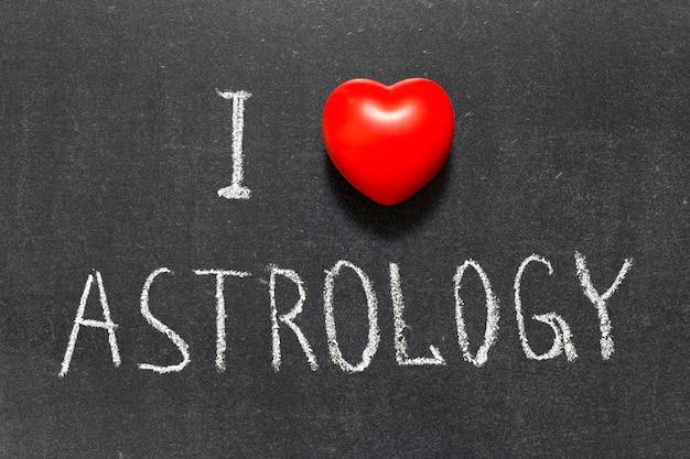 Ich liebe astrologie-satz handgeschrieben auf schultafel