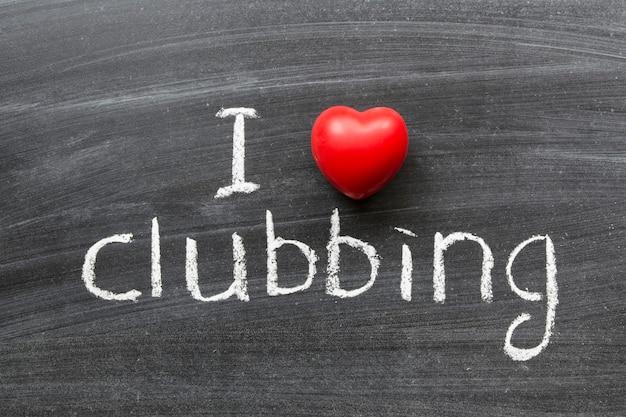 Ich liebe clubbing-phrase, die handgeschrieben auf der schultafel ist