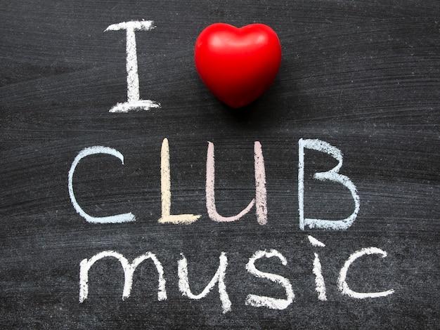 Ich liebe clubmusik-phrase, die handgeschrieben auf der schultafel ist
