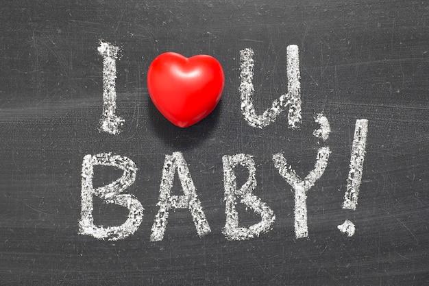 Ich liebe dich baby satz handgeschrieben auf tafel