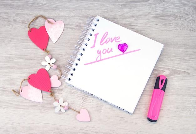 Ich liebe dich. beschriftung in marker im notizbuch.