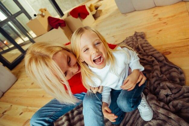 Ich liebe dich. glückliches kind, das positivität ausdrückt, während es in die kamera schaut
