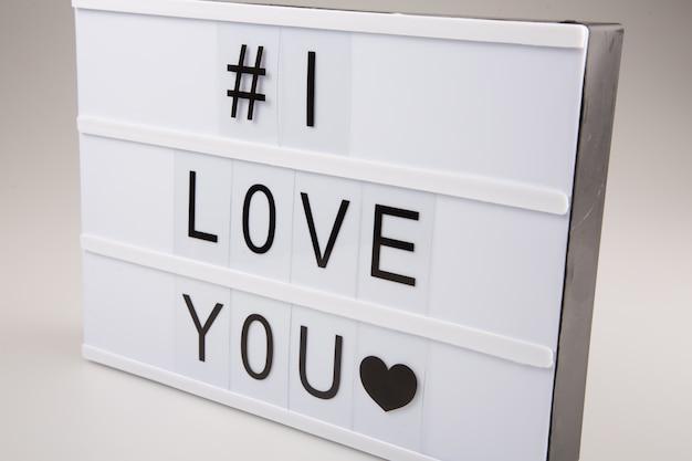 # ich liebe dich leuchtkasten-zeichenbrett auf weißer tabelle