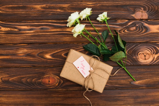 Ich liebe dich mom inschrift mit geschenk und rosen