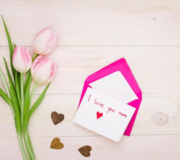 Ich liebe dich mom inschrift mit tulpen