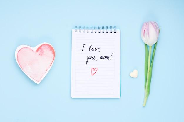 Ich liebe dich mutteraufschrift auf notizblock mit tulpe