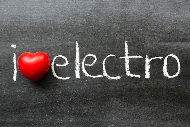 Ich liebe elektro-phrase, die handgeschrieben auf der schultafel ist