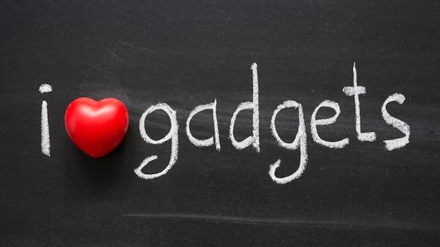 Ich liebe gadgets phrase handgeschrieben auf tafel