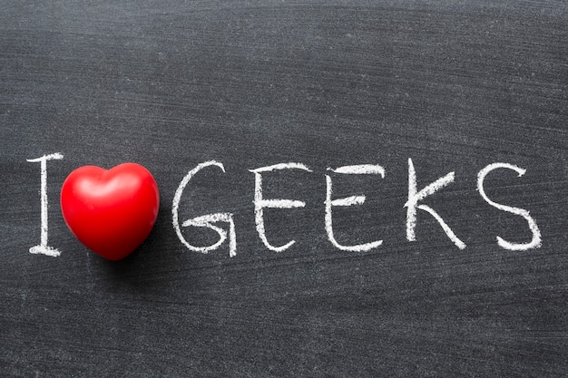 Ich liebe geeks-satz handgeschrieben auf der schultafel hand