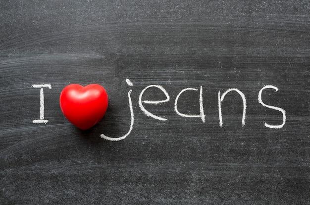 Ich liebe jeans-satz handgeschrieben auf der schultafel the
