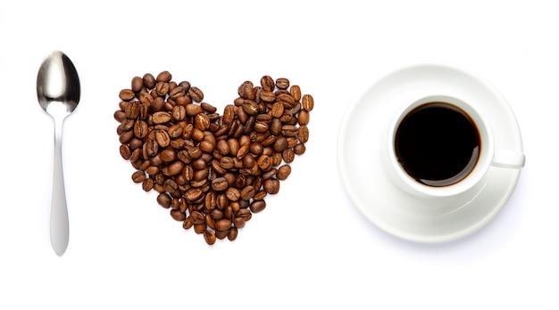 Ich liebe kaffee. herzzeichen aus bohnen