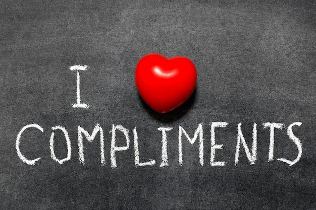 Ich liebe komplimente satz handgeschrieben auf schultafel
