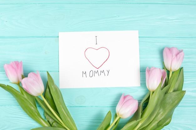 Ich liebe mamas inschrift mit tulpen