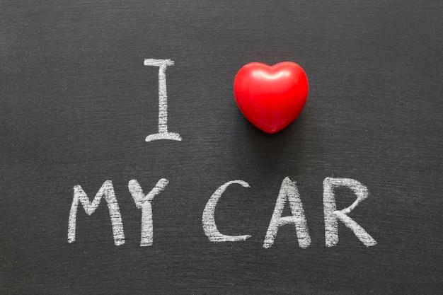 Ich liebe meinen autosatz, der handgeschrieben auf der schultafel ist