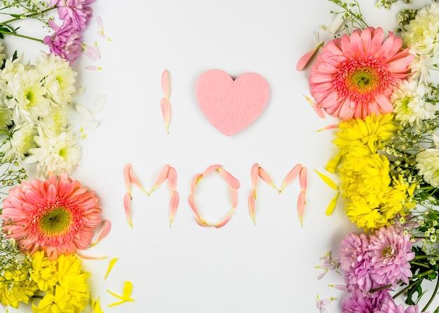 Ich liebe mom worte von blütenblättern zwischen frischen blumen