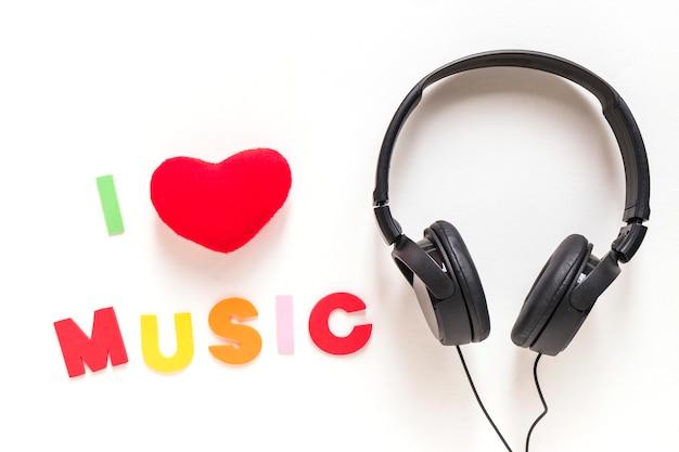 Ich liebe musik text und kopfhörer isoliert über weißem hintergrund