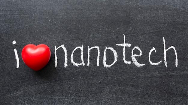 Ich liebe nanotech-phrase, die handgeschrieben auf der schultafel ist