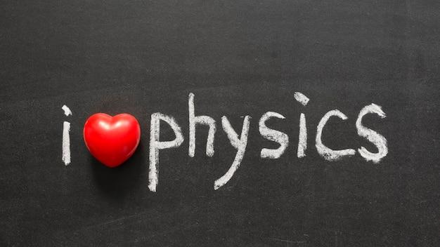 Ich liebe physik-phrase handgeschrieben auf der schultafel