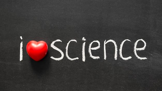 Ich liebe wissenschaftsphrase, die handgeschrieben auf der schultafel ist