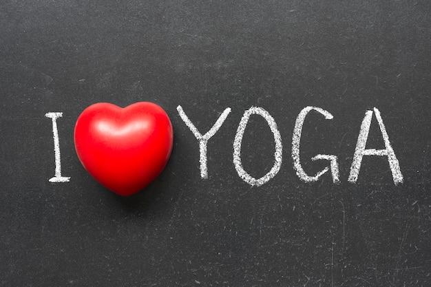 Ich liebe yoga-phrase handgeschrieben auf tafel mit herzsymbol
