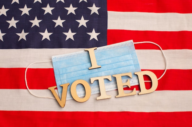 Ich stimmte wörter auf schützender gesichtsmaske auf amerikanischer flagge ab. präsidentschaftswahlen in den usa 2020