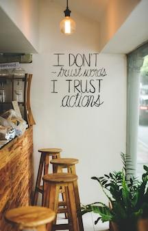 Ich vertraue wörtern nicht, ich vertraue inspirierendem zitat der aktionen auf einer wand