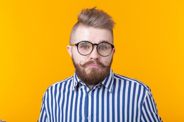 Ich weiß es nicht. junger mann isoliert auf gelber wand, die ratlos ist und hilflosen mund zeigt