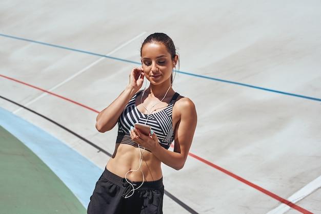 Ich werde wieder trainieren, aber nicht bis die musik die richtige läuferin auf der stadionbahnfrau ist