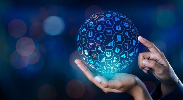 Icon-internet-welt in den händen eines geschäftsmannes netzwerktechnik und kommunikation