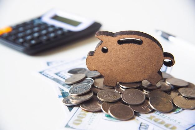 Icon sparschwein auf haufen geld gelegt