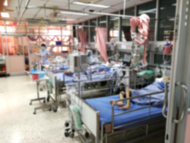 Icu-zimmerpatienten-krisenstation, die im bett liegt