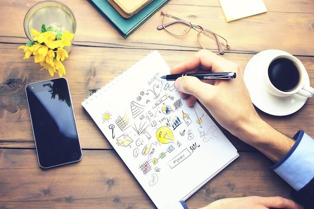 Idee auf papier auf funktionierendem holztisch