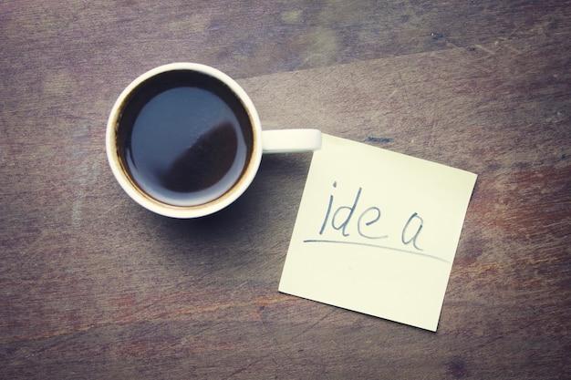 Idee auf papier und tasse kaffee