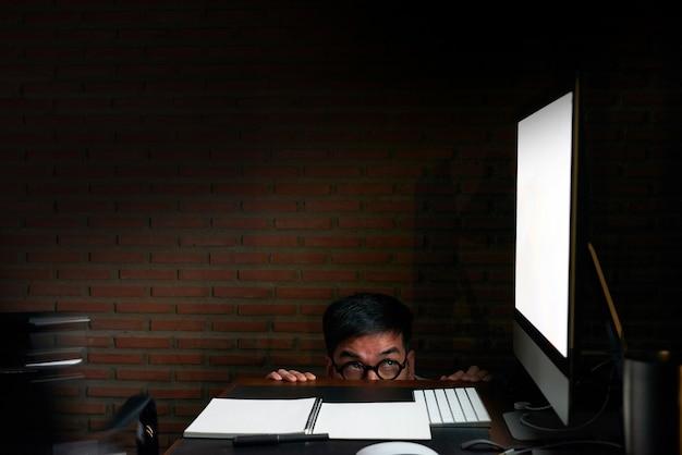 Idee des geschäftsmannes arbeiten schwer, bürosyndrom, mit it-berechnung