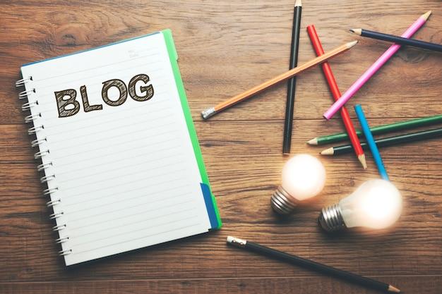 Idee mit blog-text auf notizbuch mit stiften