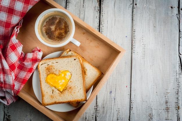 Idee zum valentinstag, romantisches frühstück