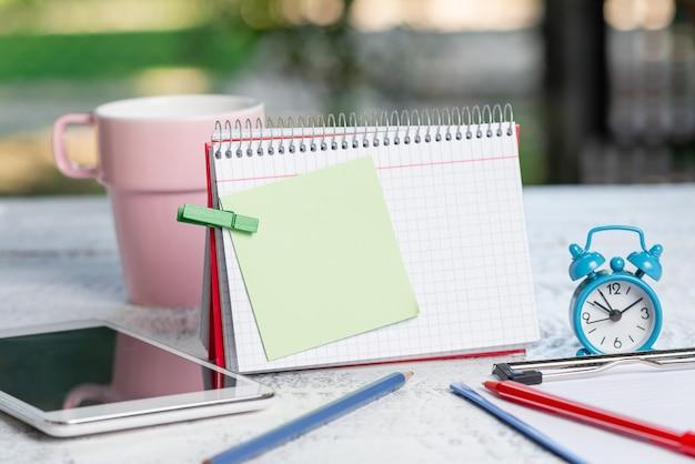 Ideen für cafés im freien, café-arbeitserfahrung, wichtige notizen schreiben, neue briefe verfassen, schriftliche artikel erstellen, geschäfte führen